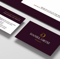 Diseño de logotipo y papelería para Daniel Ortiz, un abogado penalista con despacho en Madrid y Barcelona. Está especializado en derecho penal tanto de empresa como particulares.. Um projeto de Br e ing e Identidade de Alejandro Prieto Jaime - 13-04-2014