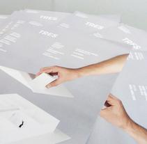 Tres | Obra teatral | Theater. Un proyecto de Br, ing e Identidad y Diseño gráfico de Brigada Estudio         - 26.02.2015