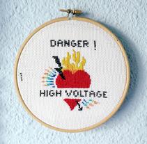 DANGER! HIGH VOLTAGE (Ilustración en punto de cruz). Un proyecto de Artesanía, Diseño gráfico e Ilustración vectorial de Cristina Bustamante - 12-04-2017